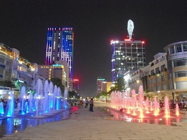 Khu phố đi bộ Nguyễn Huệ thu hút bởi những vòi phun nước màu sắc, nhảy múa để các bạn thỏa thích chụp hình sống ảo