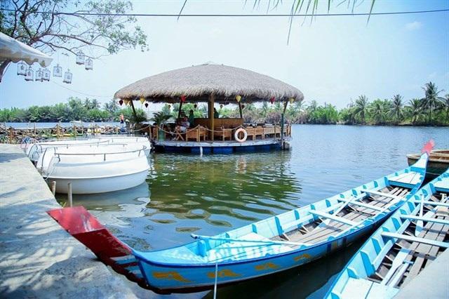 Làng du lịch Tre Việt nổi tiếng với những trò chơi dân giã vùng sông nước