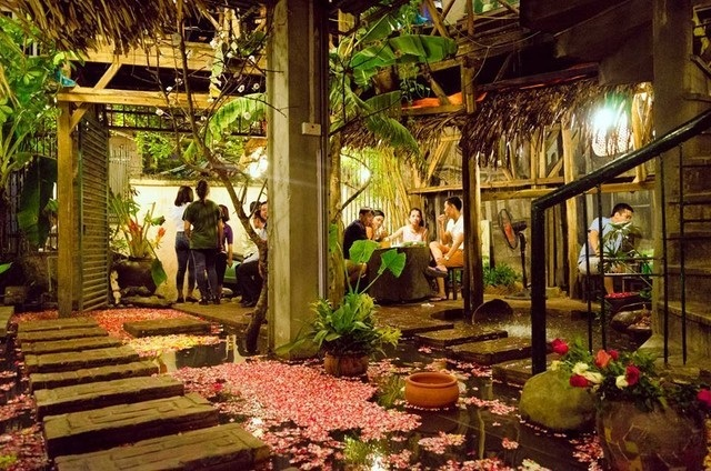 Ao Quán là 1 nhà hàng mang lại cho bạn sự trải nghiệm thú vị với không gian tại quán