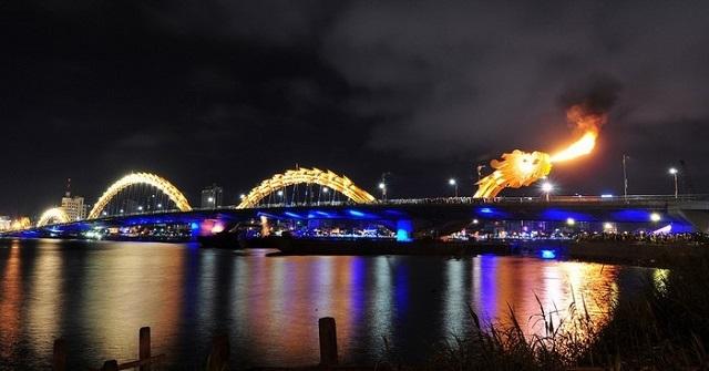 Cầu Rồng Đà Nẵng phun lửa 1 cảnh sắc tuyệt đẹp thu hút rất nhiều khách du lịch và người dân