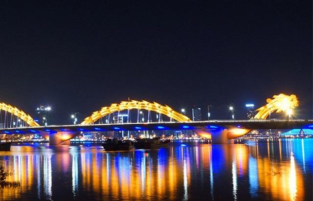 Cầu Rồng Đà Nẵng tỏa sáng rực rỡ cùng với ánh đèn