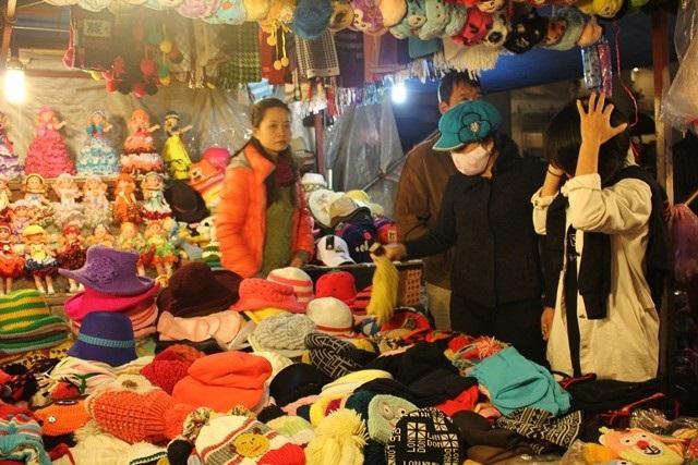 Chợ đêm với các quầy hàng bán quần áo, đồ lưu niệm đặc trưng của Đà Lạt