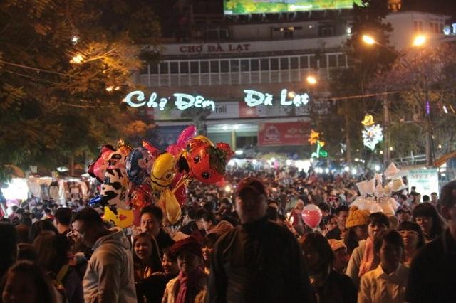 Chợ đêm Đà Lạt luôn thu hút 1 lượng lớn khách du lịch và người dân địa phương