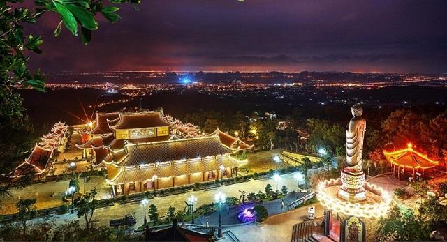 Cảnh sắc ban đêm của chùa Ba Vàng đẹp lung linh trong ánh đèn được thắp sáng khắp khuôn viên chùa
