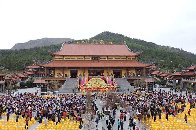 Chùa Ba Vàng luôn thu hút 1 lượng lớn khách du lịch và người dân đến tham quan và dâng lễ,thắp hương