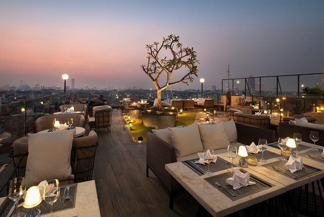 Nhà hàng trên cao là địa điểm hẹn hò lý tưởng ở Sài Gòn khi về đêm
