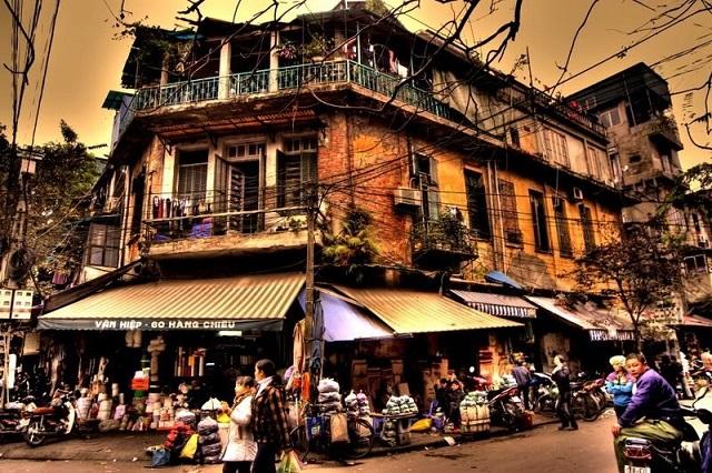 Con đường phố cổ được trang trí đầy màu sắc vào các dịp lễ Tết