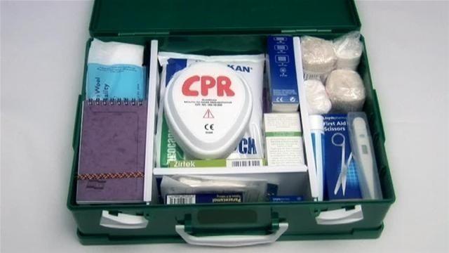 Khi đi phượt bạn nên chuẩn bị hộp ý tế có đầy đủ dụng cụ y khoa và thuốc men
