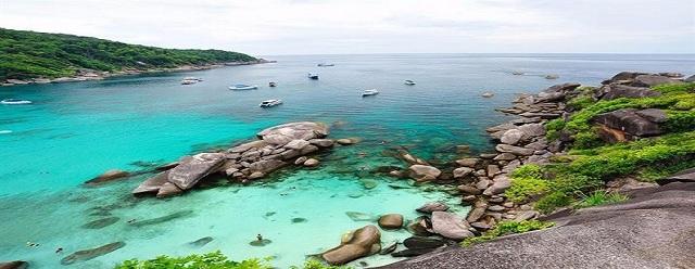 Những bãi đá và nước biển xanh biếc luôn đi sâu vào tâm trí của khách du lịch tại Phú Yên