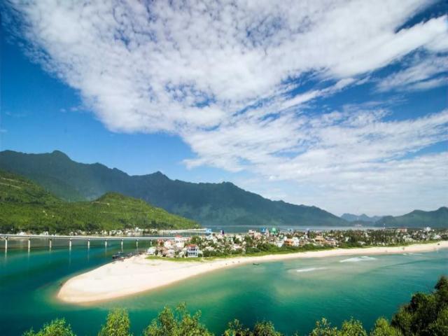 Cung đường từ Đà Nẵng đến Lăng Cô là 1 khung cảnh thiên nhiên tuyệt đẹp