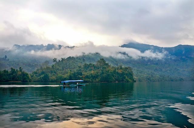 Hồ Ba Bể là hồ nước tự nhiên nằm giữa thiên nhiên hùng vĩ