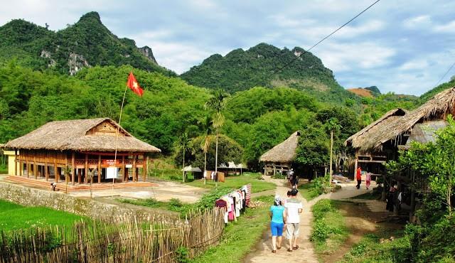 Với lợi thế nằm giữa khung cảnh núi non hùng vĩ khu du lịch Mai Châu ở Miền Bắc đã thu hút rất nhiều khách du lịch ghé thăm