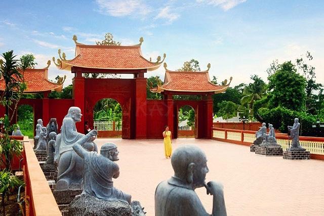 Thiền viện Trúc Lâm Phương Nam là thiền viện với diện tích hơn 3 ha ở xã Mỹ Khánh