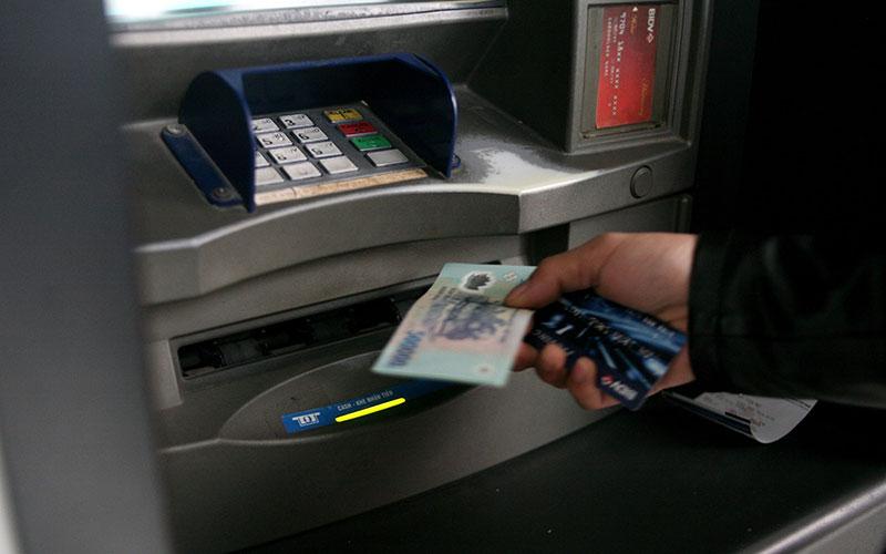 Máy ATM nuốt thẻ phải làm sao?