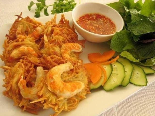 Bánh tôm Bà Phúc là món ăn đặc sản nổi tiếng của Đà Nẵng