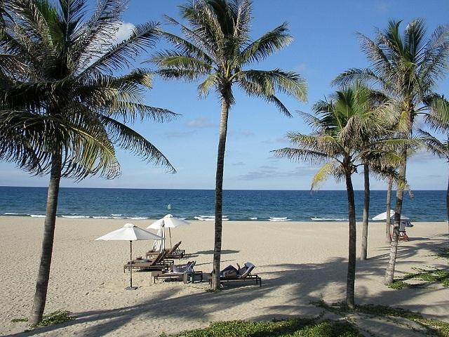 Sở hữu mặt nước trong xanh, bãi biển Non Nước là một bãi biển lãng mạn thu hút lượng lớn du khách đến đây