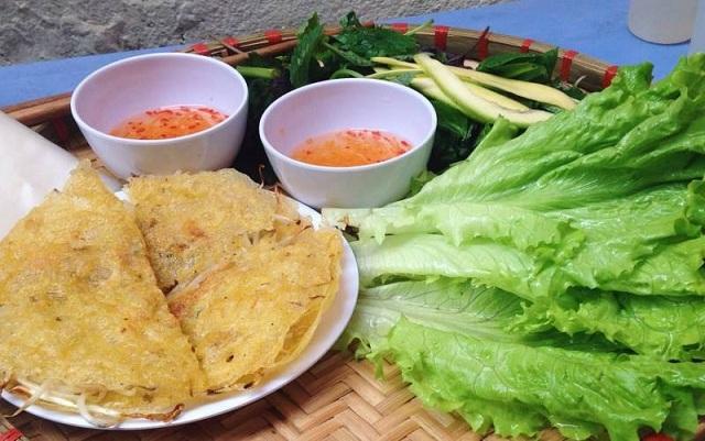 Bánh xèo được ăn cùng rau sống, bánh tráng và nước chấm đặc biệt