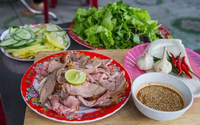 Món bê thui được ăn chung với nhiều loại rau đặc biệt