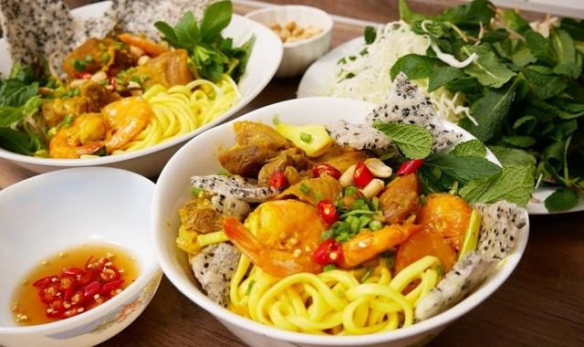 Món Mì Quảng được chan xâm xấp nước và ăn cùng bánh tráng, rau sống thật tuyệt vời