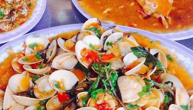 Bạn có thể thưởng thức món hải sản mà mình vừa mua ngay tại các quán ăn bình dân đối diện chợ