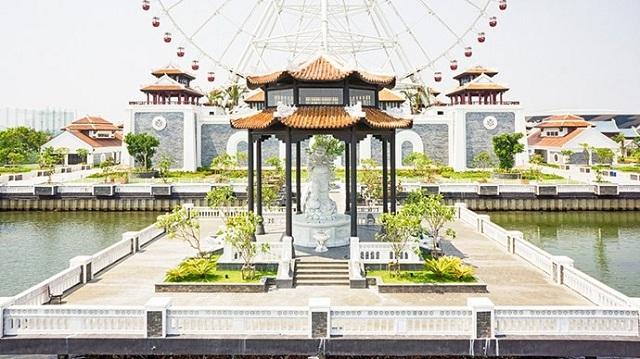 Tượng phật di lặc nằm trong khu vui chơi Asia Park