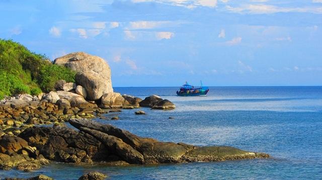 Bãi Chồng sở hữu bãi cát biển đẹp và mịn nhất trong khu vực