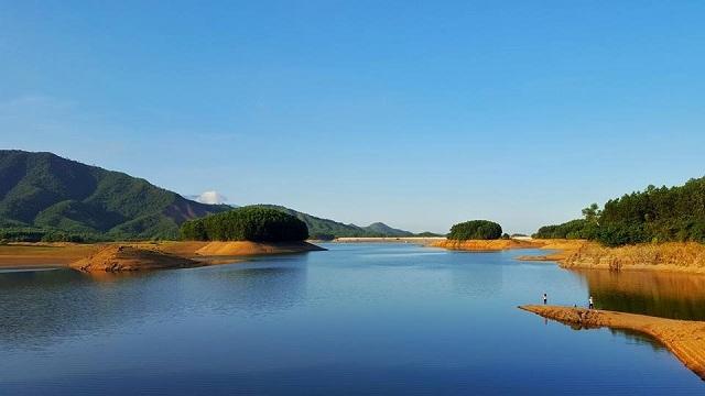 Làn nước trong xanh và mặt hồ tĩnh lặng của hồ Hòa Trung đã thu hút nhiều dân phượt