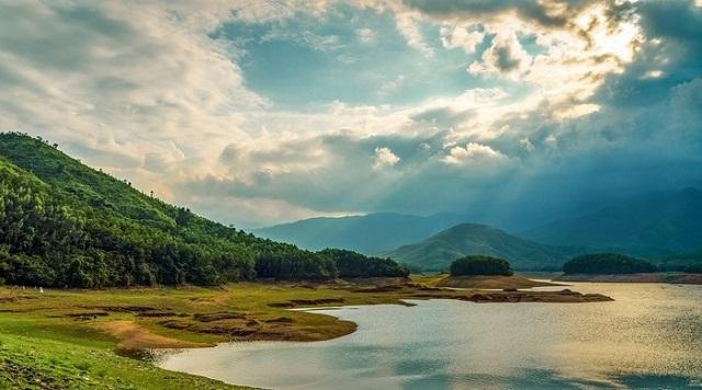 Nên đi Hồ Hòa Trung vào lúc nắng nhạt dần để không bị ánh nắng gây ảnh hưởng đến sức khỏe