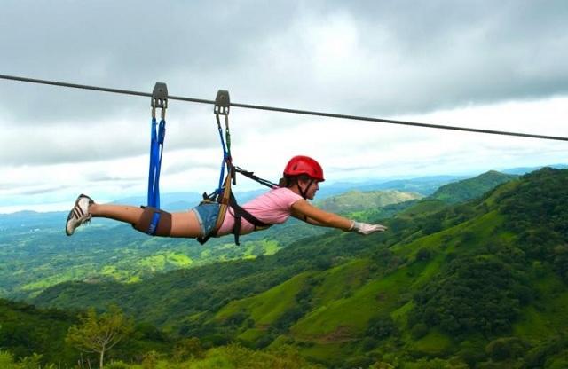 Zipline là trò chơi mạo hiểm ở khu du lịch Hòa Phú Thành được nhiều bạn trẻ ưa thích