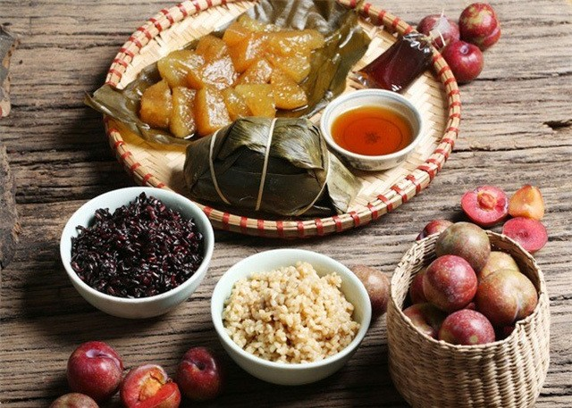 Bánh giờ, hoa quả, rượu nếp, xôi… là những món không thể thiếu trong mâm cúng ngày Tết Đoan Ngọ