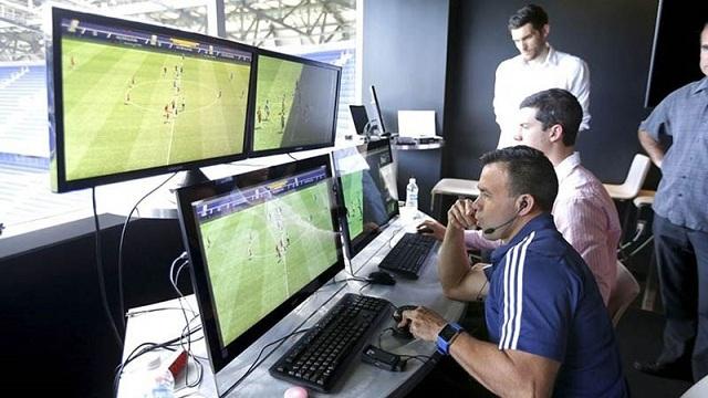 Trong đơn vị của công nghệ VAR bao gồm trọng tài và 3 cố vấn cùng với 1 chuyên gia của FIFA