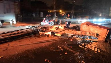 Photo of Xe bồn kéo đổ 4 cột điện trong đêm rồi bỏ chạy
