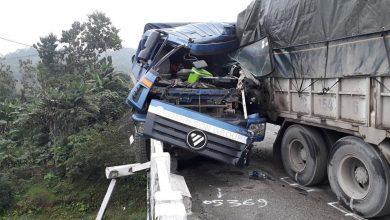 Photo of Bánh xe đầu kéo lơ lửng trên mép thành cầu sau cú đâm xe tải