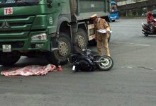 Photo of Xe máy va chạm với xe tải khiến cháu bé 2 tuổi văng xuống đường tử vong