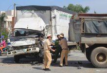 Photo of Đầu xe tải biến dạng, tài xế mắc kẹt trong cabin 10 phút sau tai nạn với xe ben