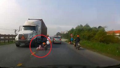 Photo of Khoảnh khắc mẹ cứu con thoát chết thần kỳ trước bánh xe container