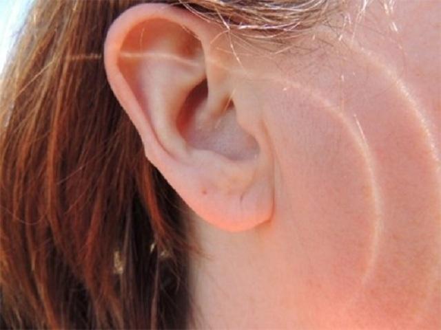 Điềm báo ngứa lỗ tai cũng được xác định theo từng khuôn giờ khác nhau