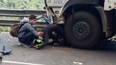 Photo of Phượt thủ 9X cùng xe máy dính chặt vào đầu ôtô tải khi đổ đèo