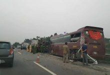 Photo of Va chạm với xe khách, xe tải lật nằm vắt ngang trên cao tốc