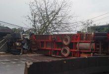 Photo of Tránh xe 7 chỗ, Container lật nghiêng khiến tài xế tử nạn trong cabin, nhiều người nguy kịch