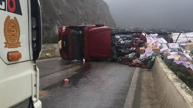 Photo of Xe đầu kéo mất lái lật nghiêng chắn ngang quốc lộ 6 khiến giao thông ùn tắc