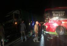 Photo of Tai nạn đấu đầu xe tải khiến xe khách văng ra vệ đường