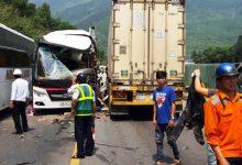 Photo of Xe khách du lịch đấu đầu container khiến 11 người bị thương