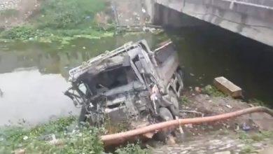 Photo of Xe tải đâm bay lan can cầu rơi xuống sông, tài xế nguy kịch
