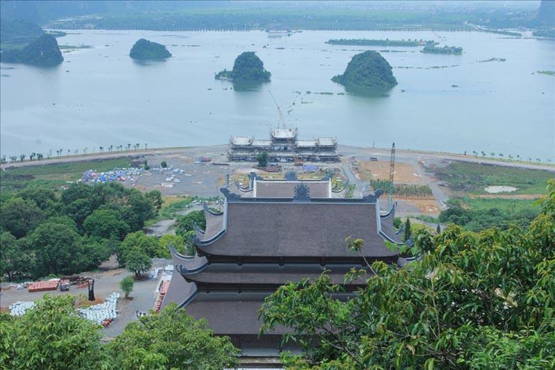 Hồ Lục Nhạc phía trước chùa Tam Chúc