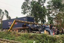 Photo of VIDEO: Container nát bét đầu sau cú húc barie hạn chế chiều cao ở cầu Việt Trì