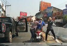 Photo of VIDEO: Ném đá toác kính ô tô, nam thanh niên chưa kịp hả hê đã ăn đ.a'.nh hội đồng