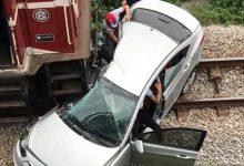 Photo of Qua đường thiếu quan sát, ô tô bị tàu hỏa đâm khiến 5 người thương vong
