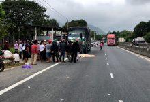 Photo of Vừa bước từ xe tải xuống đường, tài xế bị xe khách tông tử vong