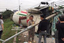 Photo of Tài xế say rượu, lái xe tông nát cột điện, lật nghiêng dưới dốc